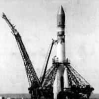 12-aprelya-raketa-r-7-s-komicheskim-apparatom-vostok-1